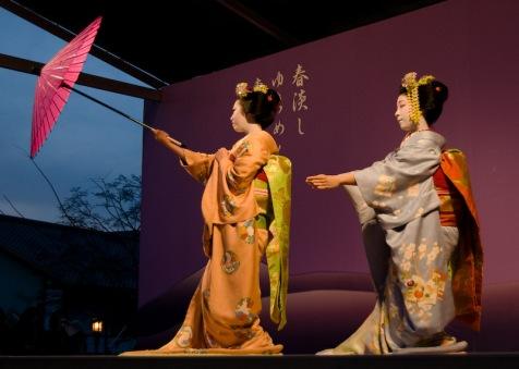 miyagawa-cho-miyofuku-e-toshiteru_hanabutai-kyoto-22-mar-2008_dave-lumenta_3.jpg