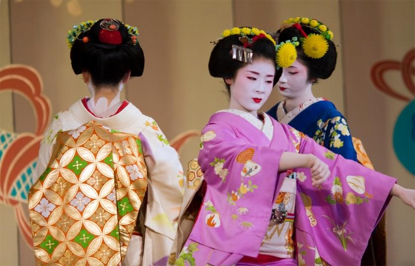 maiko-kanoka_maiko-miharu_maiko-kotomi_gio-odori-2008-by-gion-higashi1