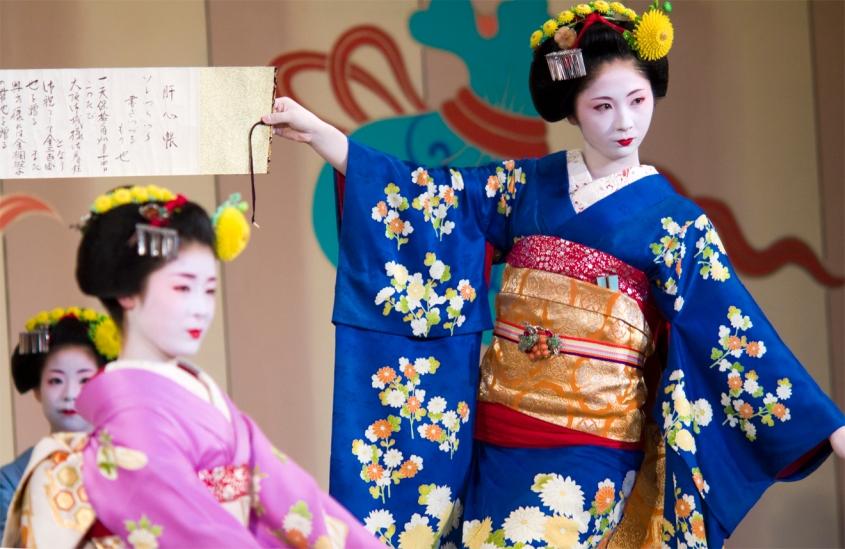 maiko-umeha_maiko-miharu_maiko-kotomi_gion-odori-2008-di-gion-higashi
