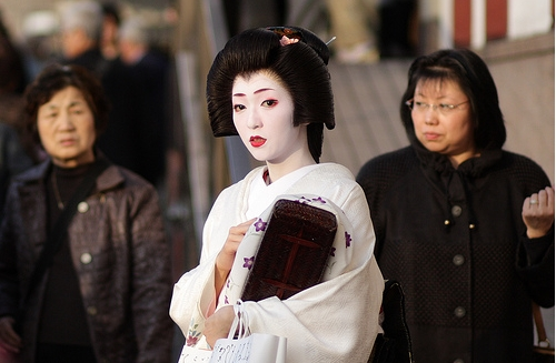 the-geiko-geisha-kikutsuru-leaves-kyotos-minamiza-theatre_3-12-2008