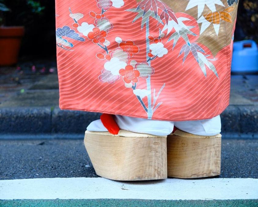 Gli Okobo (おこぼ), alti sandali tradizionali indossati dalle maiko
