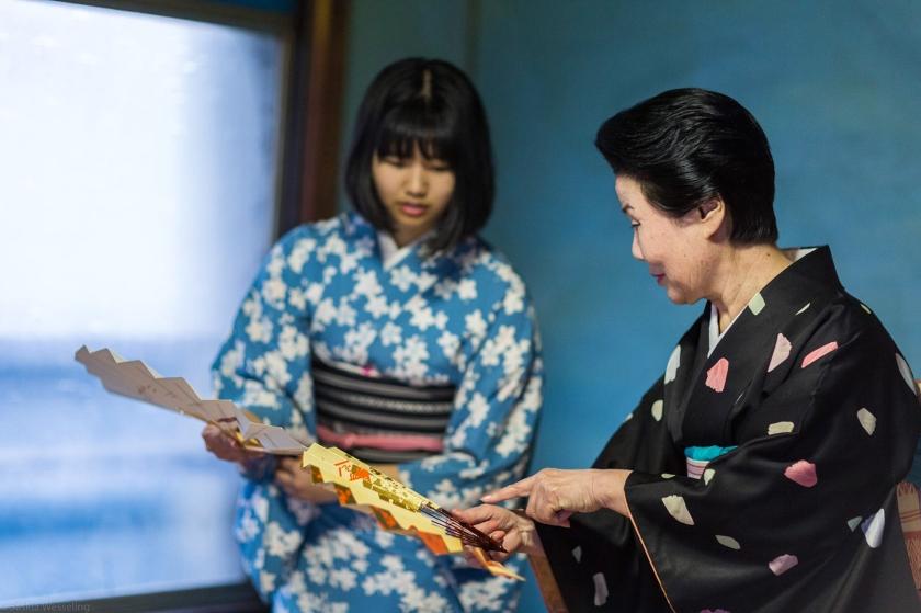 Una maiko (fanciulla danzante), un'apprendista geisha o hangyoku (metà gioiello) prende lezioni di danza da un'anziana e sapiente geisha di Fukagawa