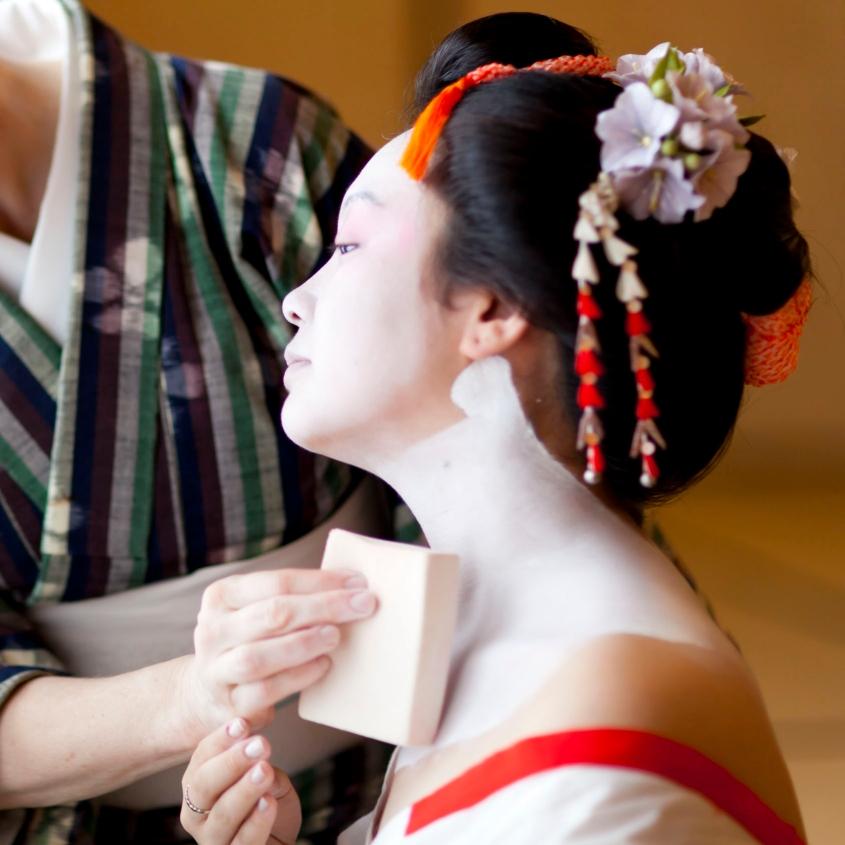 Una maiko (fanciulla danzante), un'apprendista geisha o hangyoku (metà gioiello)